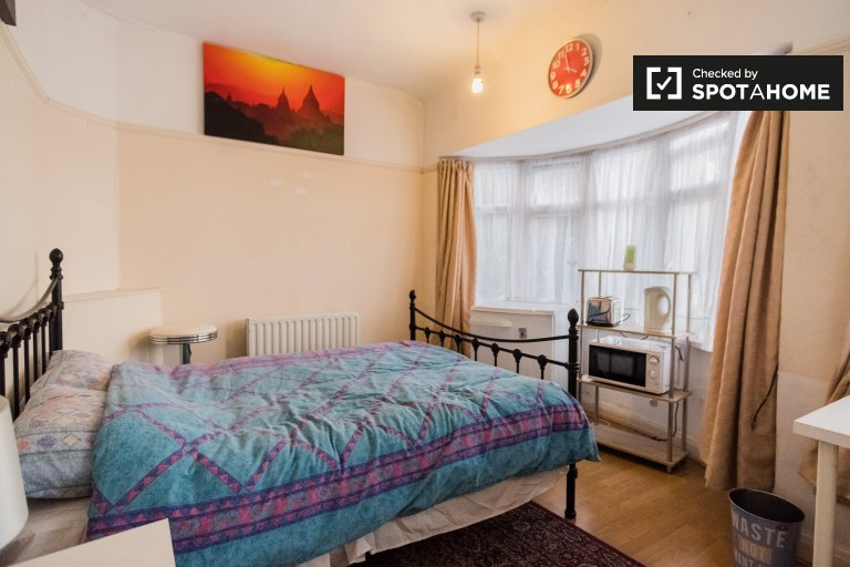Cosy room in 2-bedroom houseshare in Southall, London