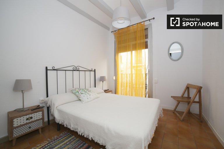 Sunny room in 4-bedroom apartment in Poble-sec, Barcelona
