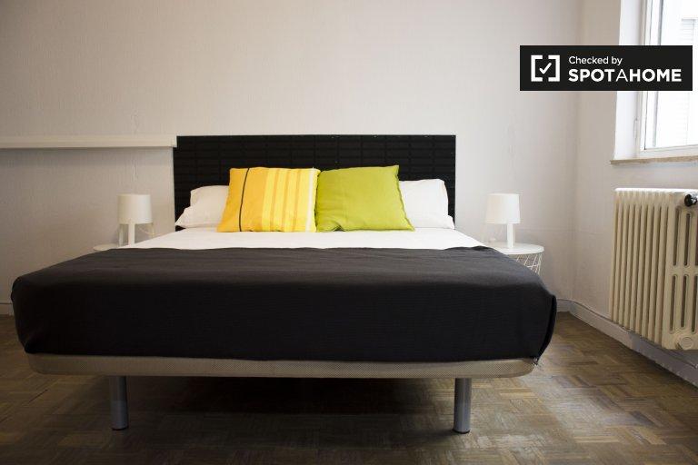 Chambre confortable à louer dans un appartement de 6 chambres à Argüelles