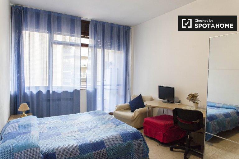 Pokój dwuosobowy w apartamencie z 3 sypialniami w Monte Sacro w Rzymie