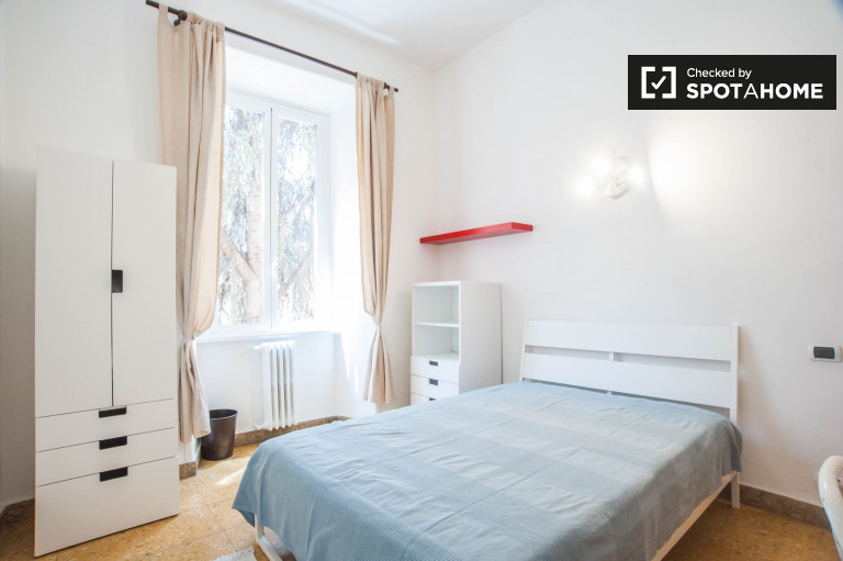 Double Bed in Rooms for rent in bright 4-bedroom apartment in Termini