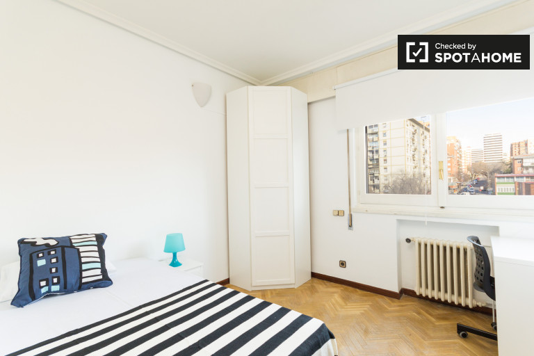 Single Bed in Rooms for rent in spacious 6-bedroom apartment in Retiro