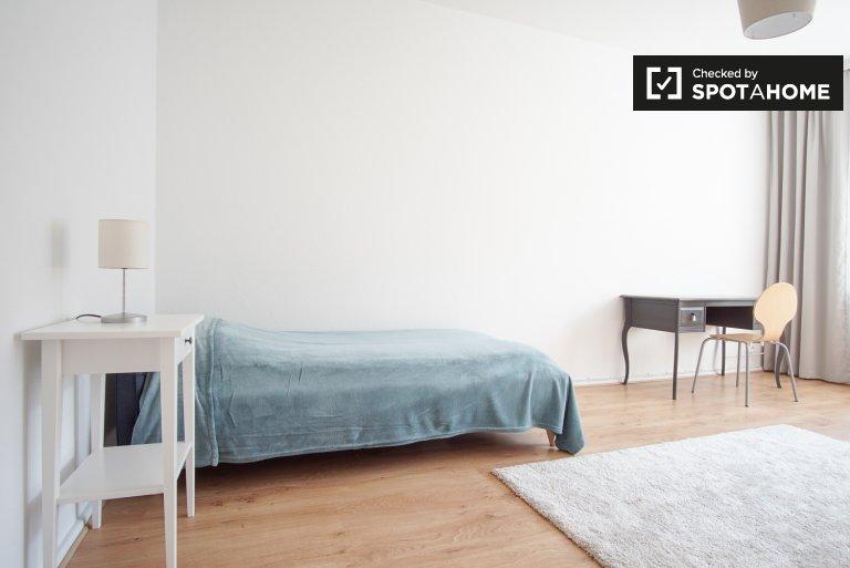 Bright room in 2-bedroom flat in Moabit