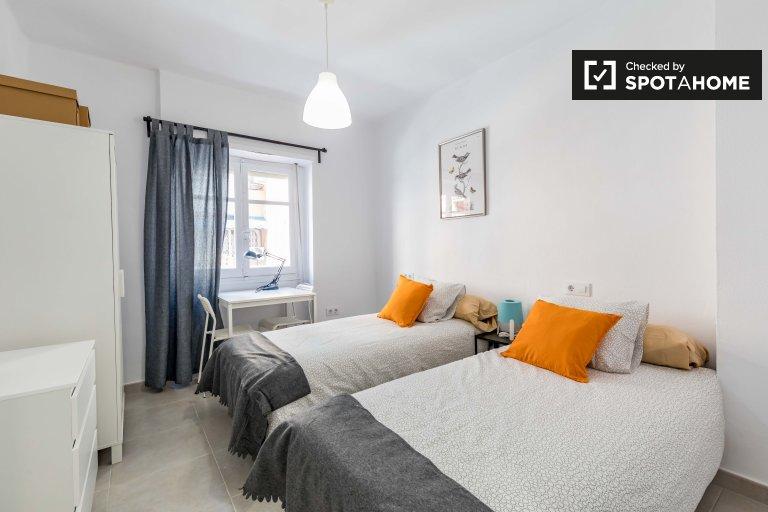 Chambre lumineuse dans un appartement de 4 chambres à Poblats Marítims