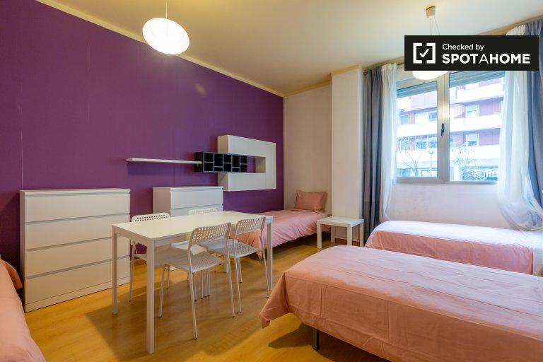 Lumiar, Lizbon'da 3 yatak odalı dairede ortak odada yataklar