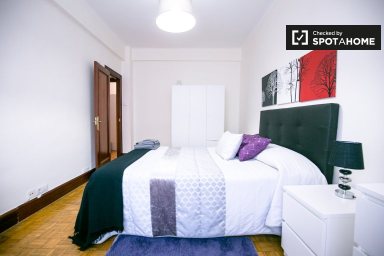 Modern room in 3-bedroom house in Deusto, Bilbao
