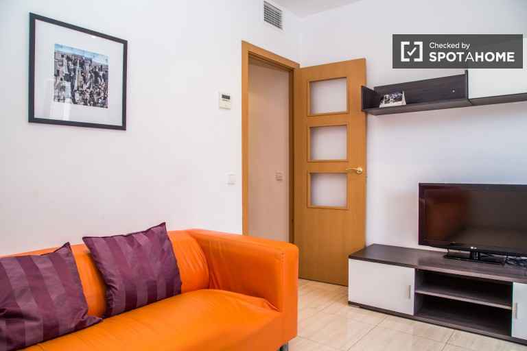 Great three bedroom apartment near Verdaguer Station, utilities included