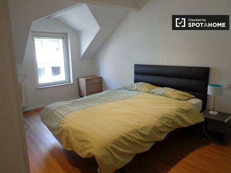Chambre lumineuse dans une maison de 4 chambres à Schaerbeek, Bruxelles