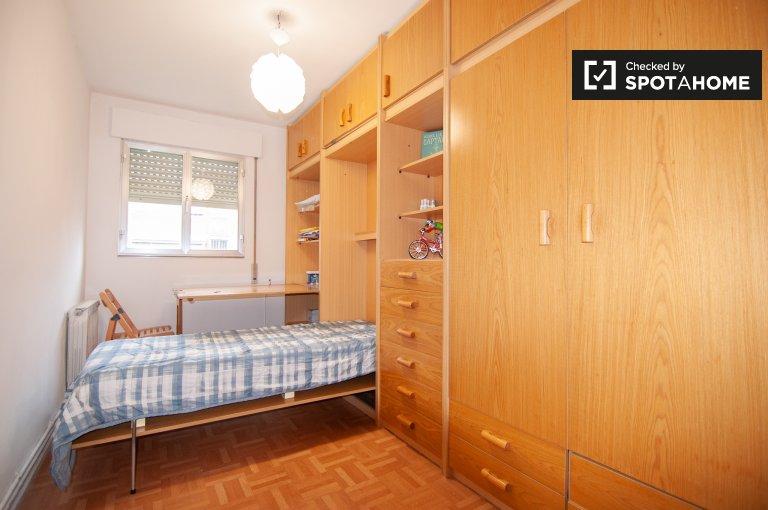 Habitación luminosa en apartamento de 3 dormitorios en Moratalaz, Madrid.