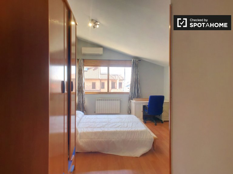 Cosy room for rent, 5-bedroom apartment, Barajas, Madrid