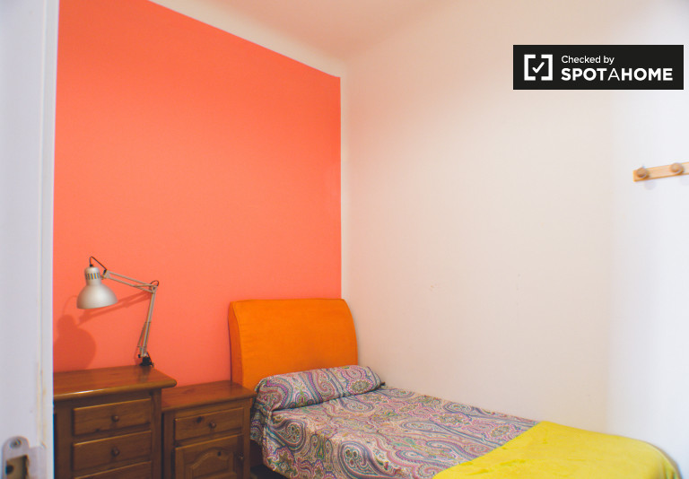 Habitación amueblada en piso compartido en Moncloa, Madrid
