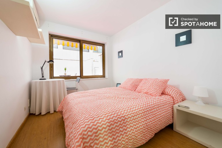 Double Bed in Rooms for rent in 45m2 2-bedroom apartment with balcony in atmospheric Ciutat Vella in Valencia