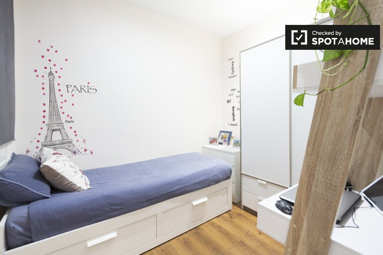 Dynamiczny pokój w apartamencie z 2 sypialniami w Salamance w Madrycie