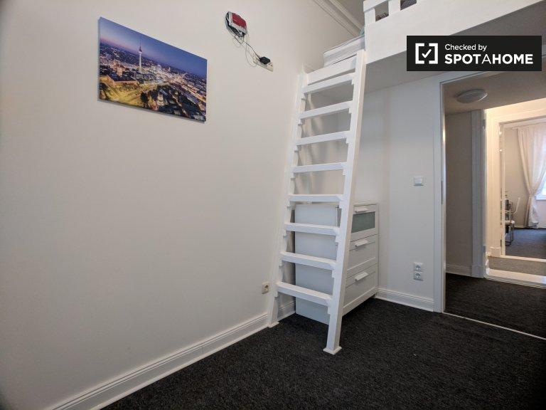 Quarto confortável para alugar em apartamento com 4 quartos em Mitte