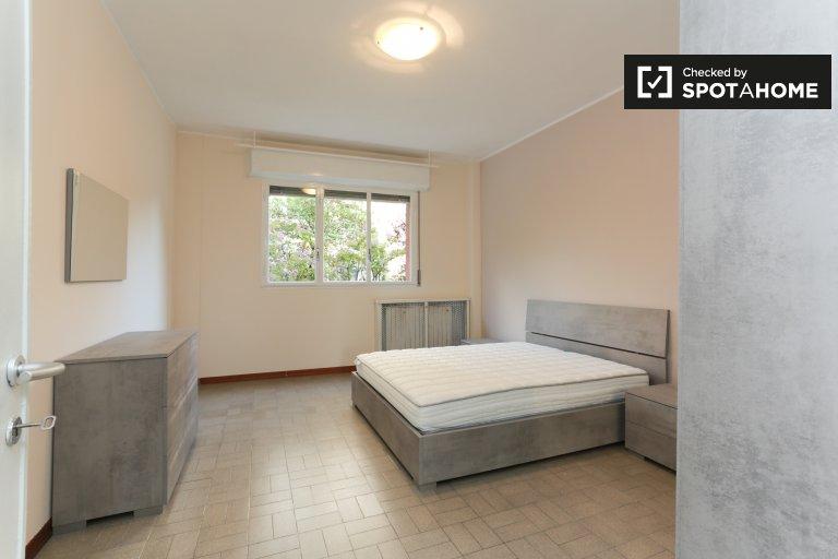 Chambre moderne dans un appartement de 2 chambres à Gallaratese, Milan