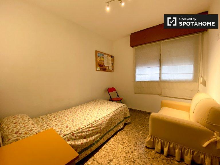 Quatre Carreres'te 4 yatak odalı dairede kiralık rahat oda