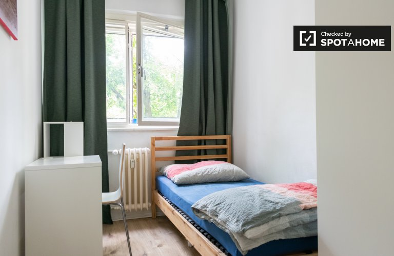 Chambre confortable à louer dans un appartement de 4 chambres à Tempelhof-Schöne