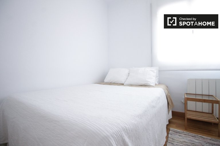 Sunny room in 3-bedroom apartment in Badalona, Barcelona