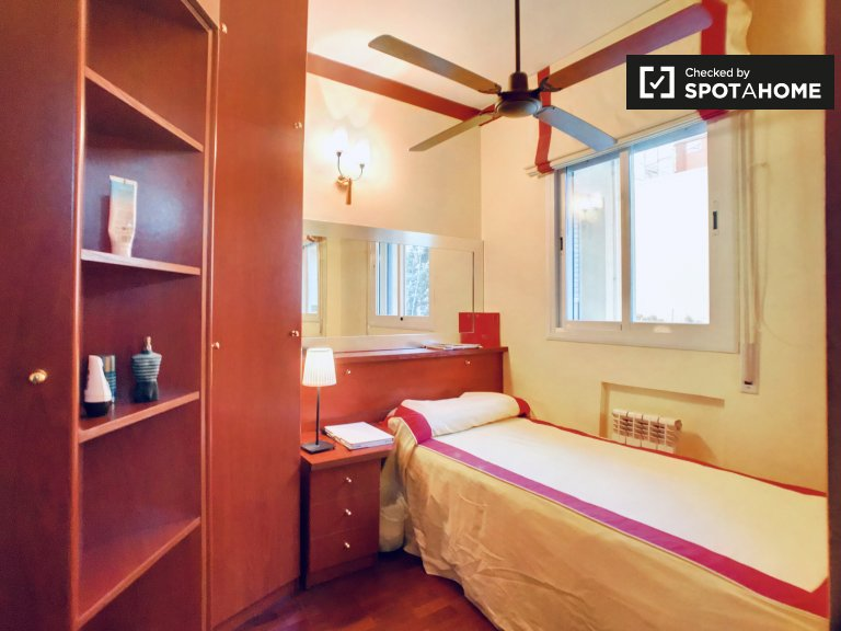 Warm room to rent in 5-bedroom apartment in Gràcia