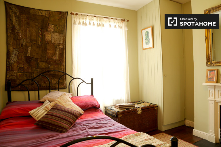 Double Bed in Rooms to rent in spacious 3-bedroom house in the Old City
