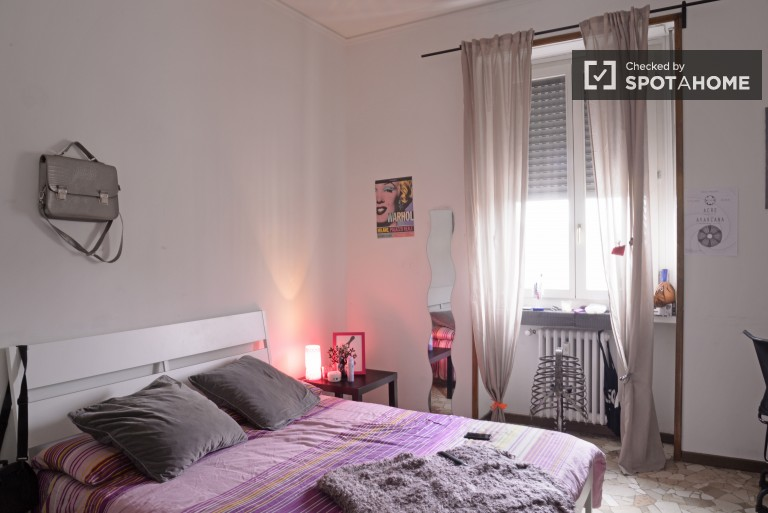 Double Bed in Charming rooms for young females in a 3 bedroom apartment in Navigli