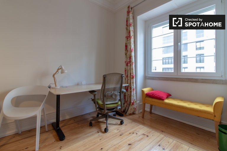 Amplia habitación en alquiler en el apartamento de 10 habitaciones Avenidas Novas.