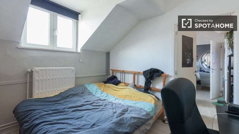 Equipped room in 2-bedroom apartment in Ixelles, Brussels