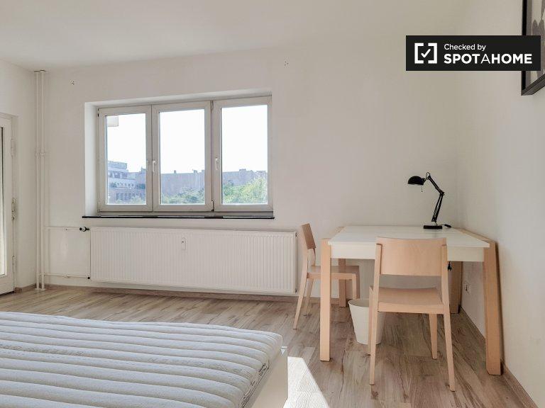 Przestronny pokój w apartamencie z 3 sypialniami w Charlottenburg