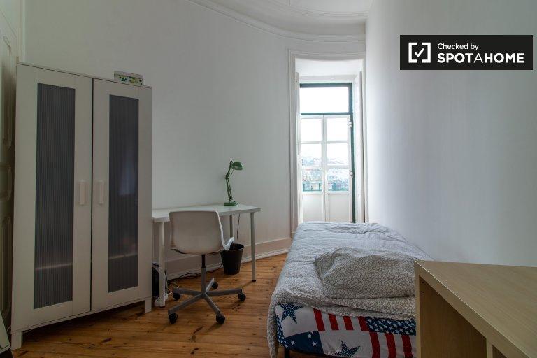 Quarto luminoso em apartamento com 7 quartos em Arroios, Lisboa