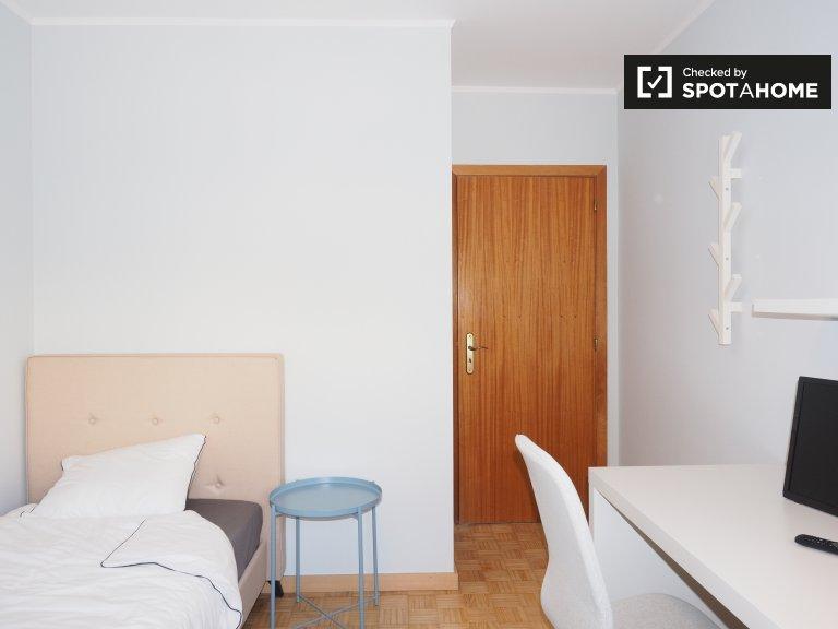 Pokój do wynajęcia w mieszkaniu z 4 sypialniami w Almada w Lizbonie