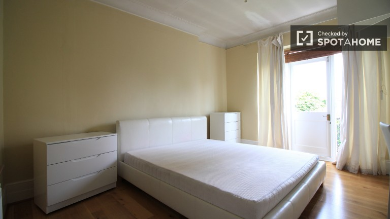 Bedroom 3 with double bed and en-suite.