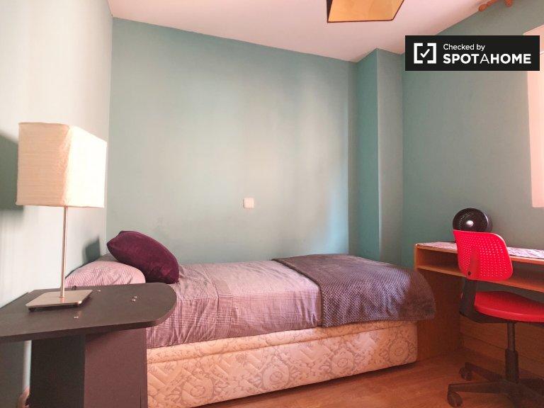 Se alquila habitación ordenada en un apartamento de 3 dormitorios en Villaverde