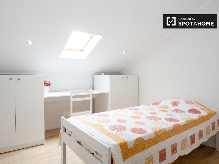 Se alquila habitación en una espaciosa casa de 6 dormitorios en Setúbal, Lisboa