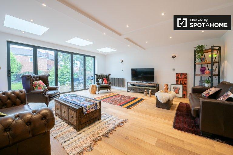 Spaziosa casa con 4 camere da letto in affitto a Enfield, Londra