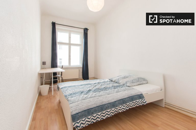 Large room for rent in apartment with 5 bedrooms in Berlin
