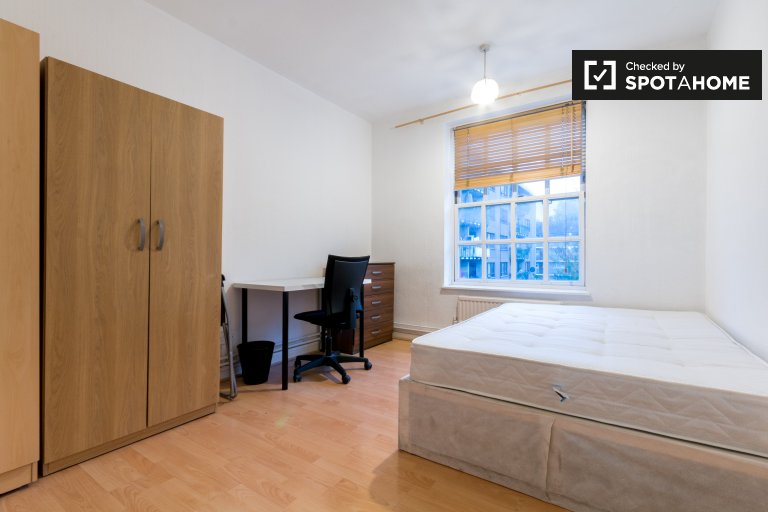 Spacious room in 4-bedroom flatshare in Camden, London