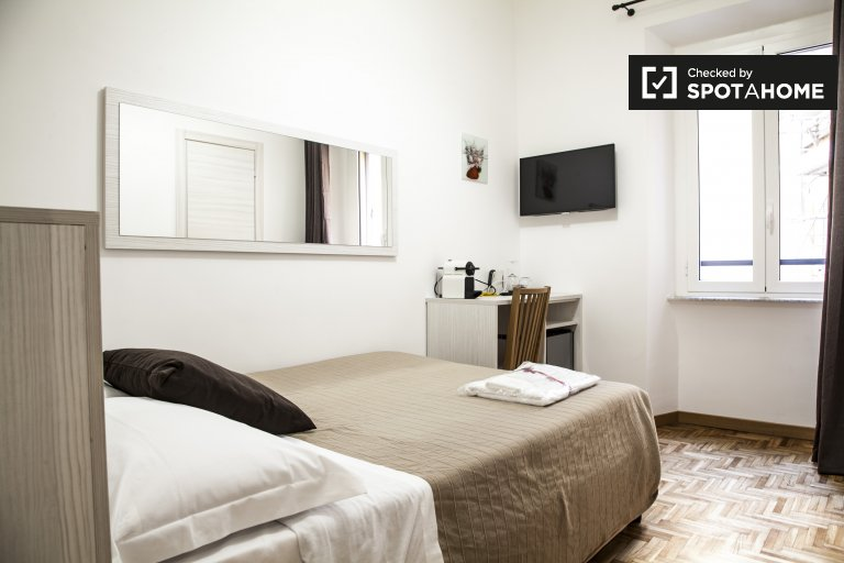 Double Bed in Rooms for rent in large 6-bedroom apartment near city center in Salario