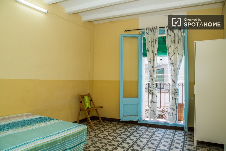 Double Bed in 2 Affordable rooms available in the diverse neighborhood of El Raval