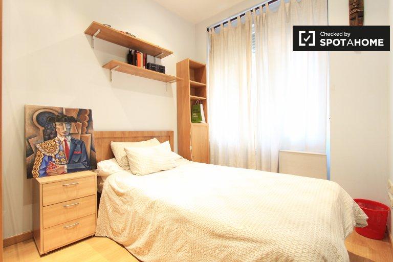 Louer une chambre dans un appartement de 3 chambres à Moncloa, Madrid