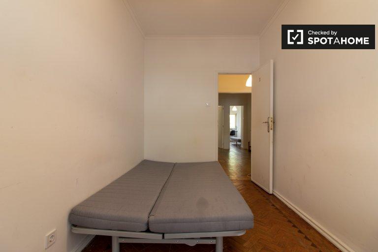 Camera accogliente in affitto in appartamento con 3 letti a São Domingos