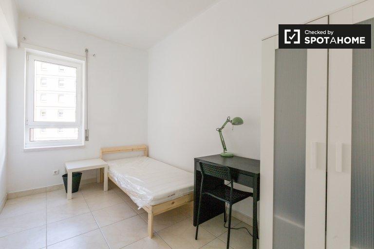 Przytulny pokój w apartamencie z 5 sypialniami w Marvila, Lisboa
