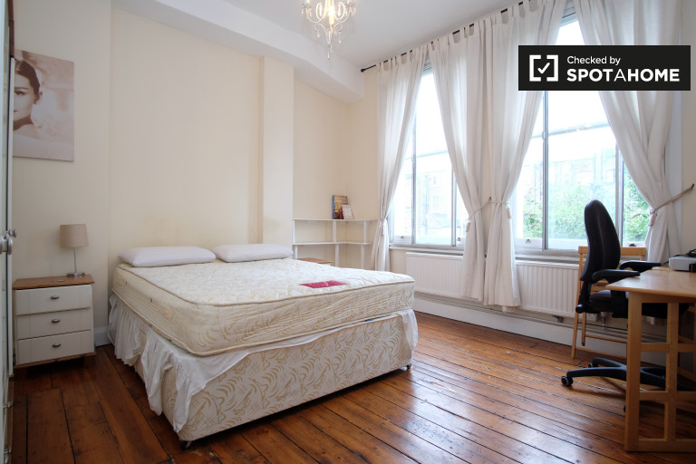 Double Bed in Room to rent in 2-bedroom flat in Barons Court, Hammersmith and Fulham