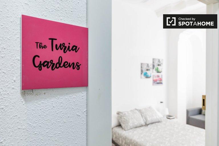 Se alquila habitación en piso de 11 dormitorios en L'Eixample.