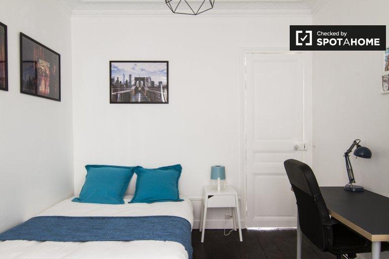 Przytulny pokój w apartamencie z 3 sypialniami w 20. dzielnicy Paryża