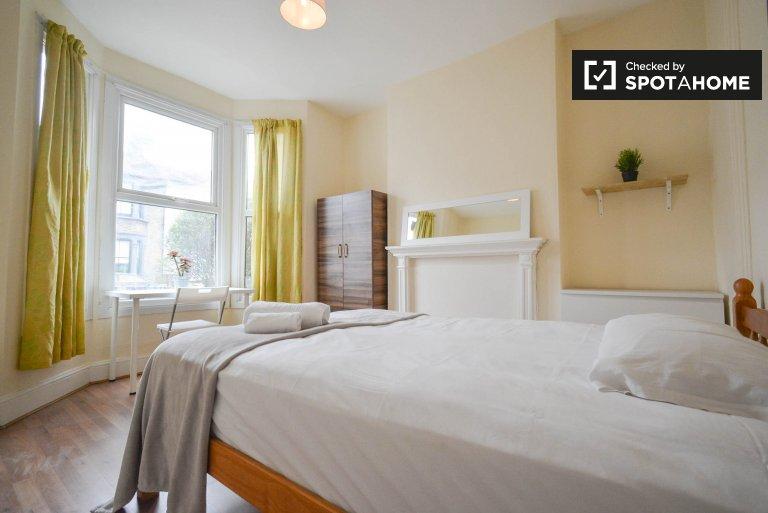 Przestronny pokój w sześcioosobowym apartamencie w Hackney w Londynie