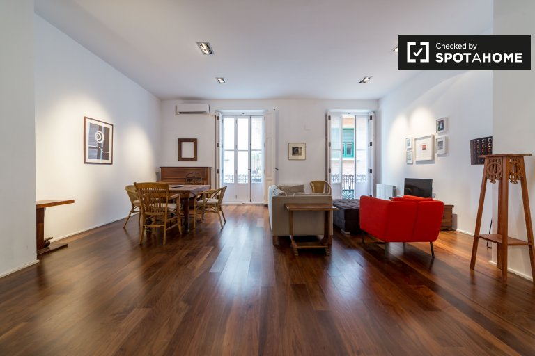 Stunning 2-bedroom apartment with terrace for rent in central Ciutat Vella