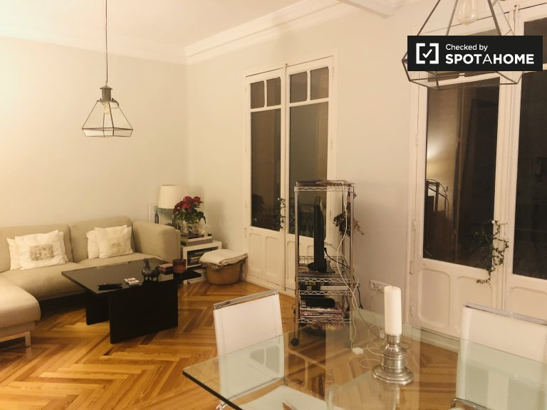 Se alquila habitación en piso compartido en Almagro y Trafalgar