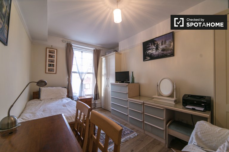 Stylish room  in 2-bedroom flatshare in Putney, London
