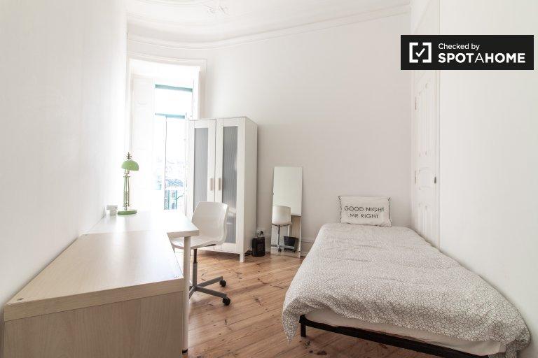 Quarto ensolarado em apartamento de 7 quartos em Arroios, Lisboa