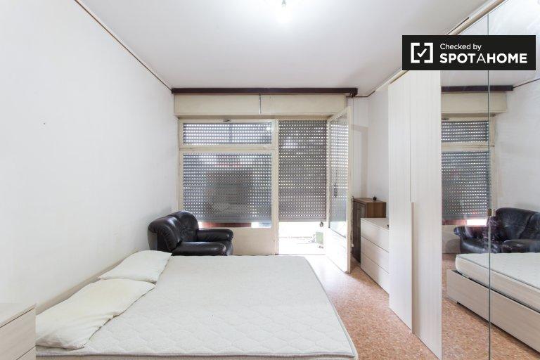 Chambre lumineuse à louer dans un appartement de 3 chambres à coucher Lampugnano, Milan